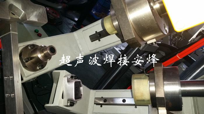 汽车前保险杠雷达孔气液增压冲孔工装