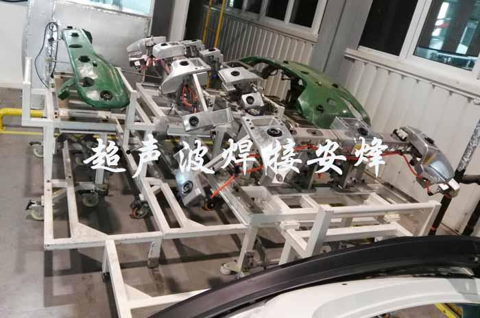 全自动化机器人汽车保险杠气液增压冲孔与倒车雷达支架胶粘压合焊接机